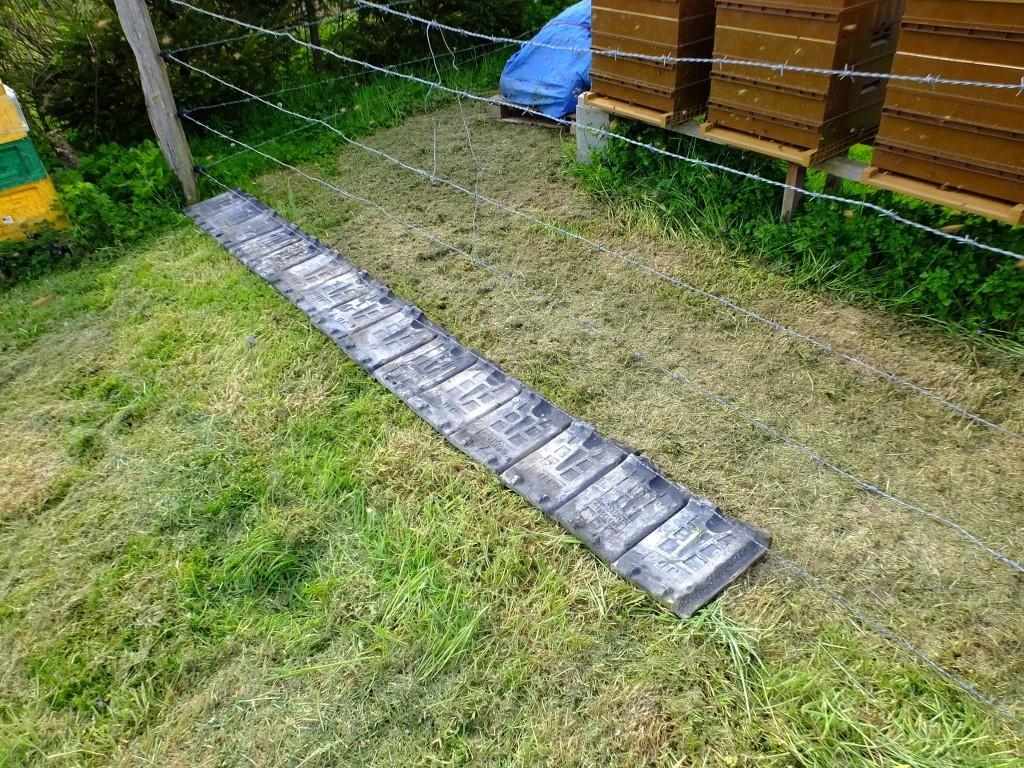 dispositif empêcher pousse herbe en-dessous barbelé